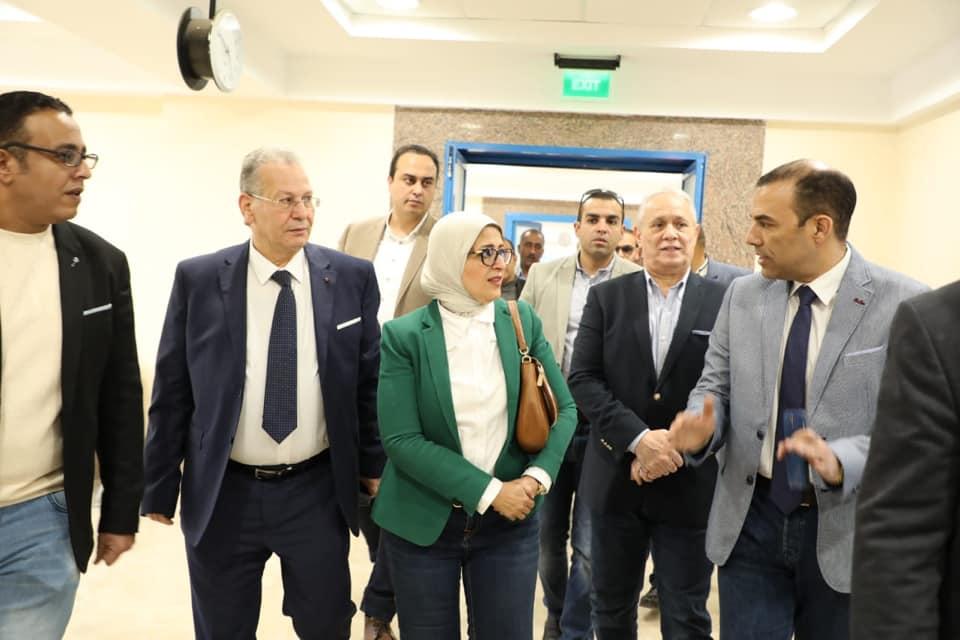 صور | وزيرة الصحة تشدد على سرعة الانتهاء من تطوير مستشفى النساء والولادة بالبياضية