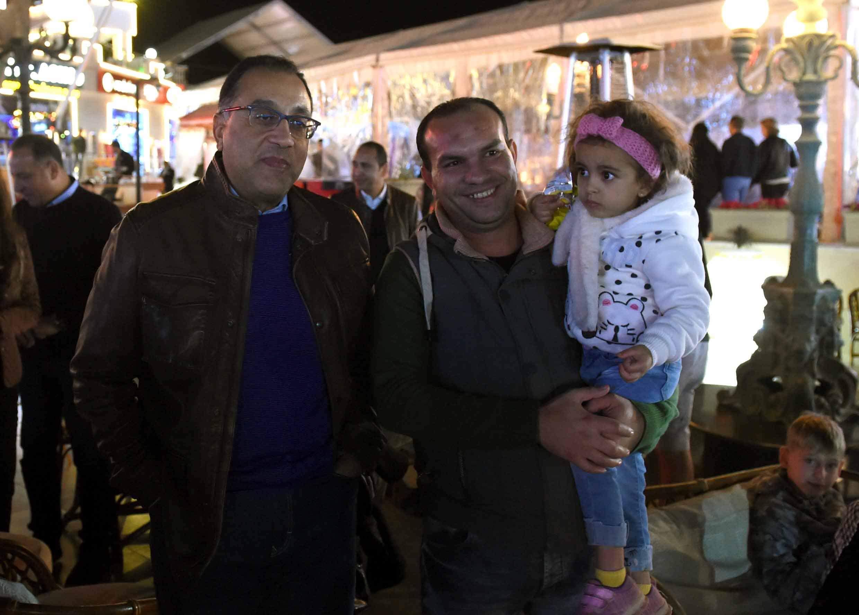 فيديو| دولة رئيس الوزراء مع المواطنين والسياح خلال جولة في «سوهو سكوير» بشرم الشيخ