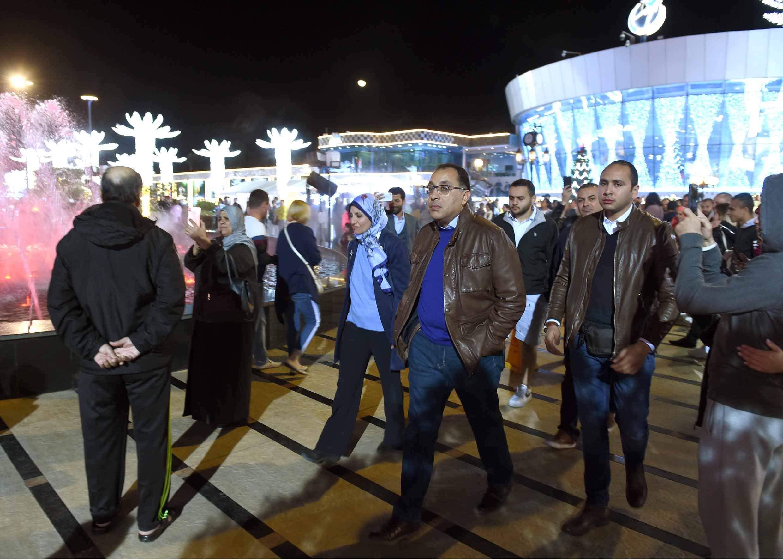 صور| دولة رئيس الوزراء يحاور المواطنين والسياح خلال جولة في «سوهو سكوير» بشرم الشيخ