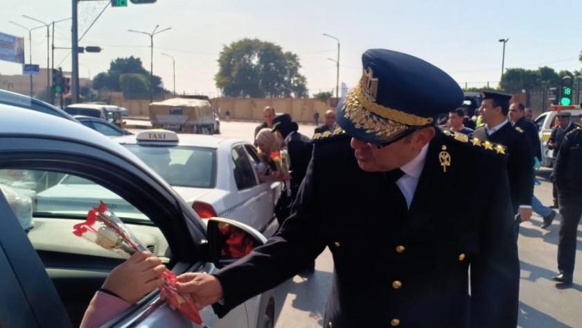 رجال الشرطة يوزعون الورود على المواطنين في عيدهم الـ ٦٨