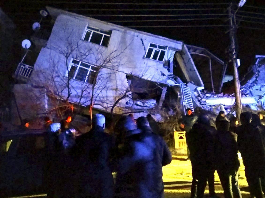 """ارتفاع حصيلة ضحايا زلزال """"تركيا"""" إلى 14 قتيلا"""