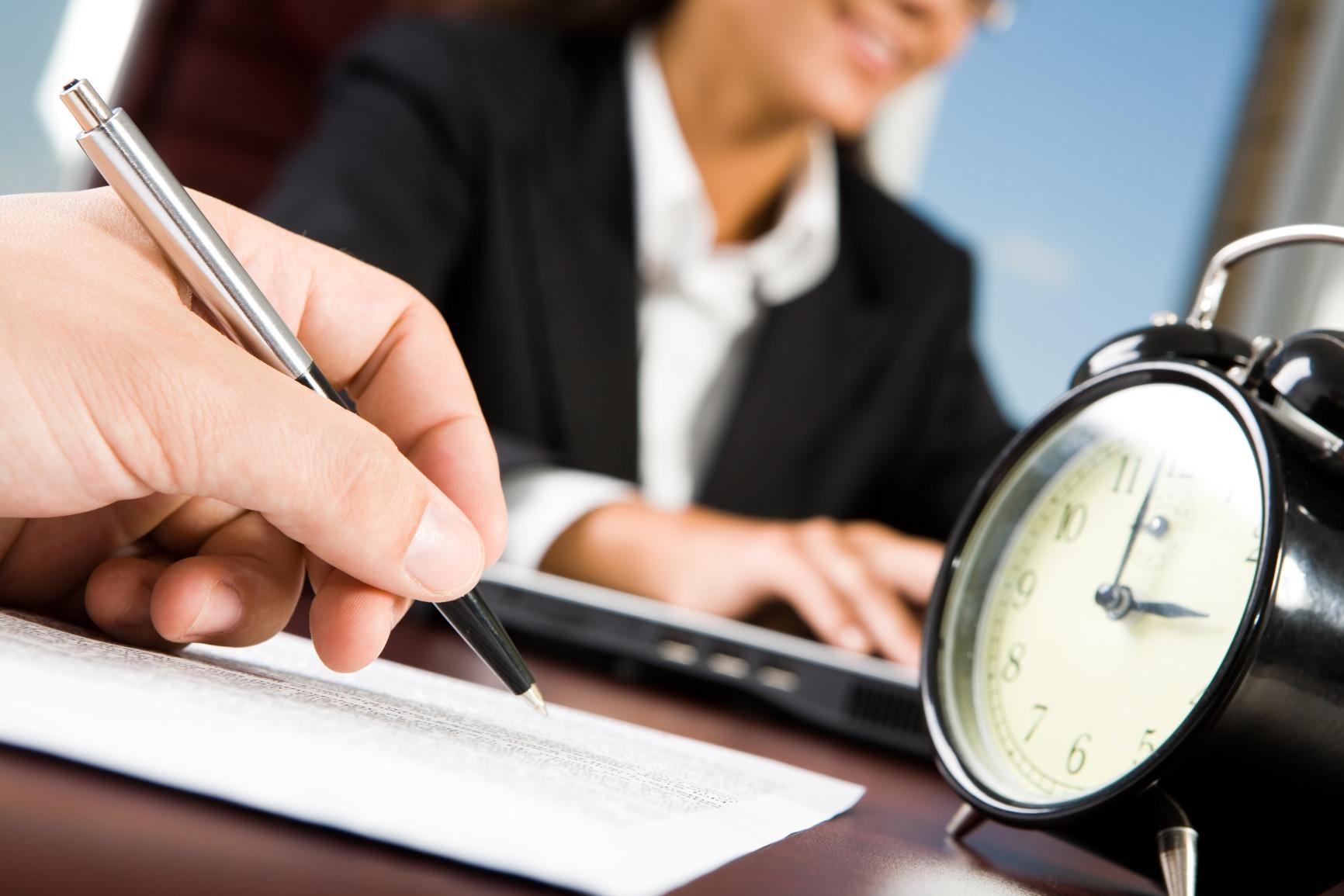 دراسة: المشاعر المزيفة في مكان العمل قد تضر أكثر مما تنفع
