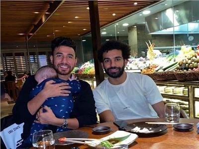 تريزيجيه ونجله برفقة محمد صلاح في إحدى مطاعم إنجلترا