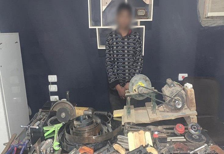 ضبط عاطل لإدارته ورشة لتصنيع الأسلحة النارية والاتجار فيها بسوهاج
