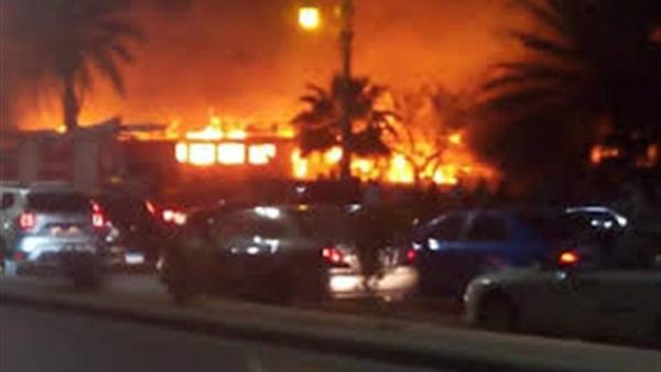 7 سيارات إطفاء للسيطرة على حريق هائل بعائمة على كورنيش الجيزة