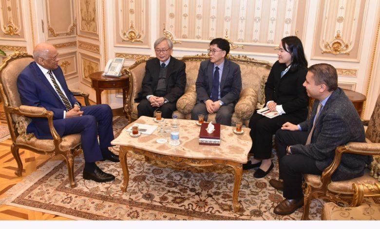 رئيس البرلمان يتسلم نسخة من الدستور المصرى المترجم إلى اللغة الكورية