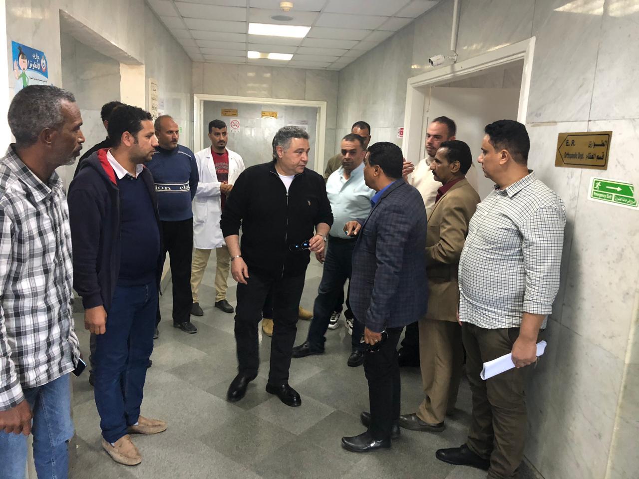 صور | محافظ البحر الأحمر يتفقد مدينة مرسي علم وينقذ عامل مضرب عن الطعام