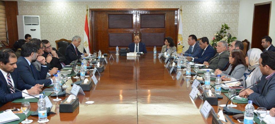 صور | وزير التنمية المحلية يعقد اجتماعا مع البنك الدولي لتقييم برنامج تنمية الصعيد