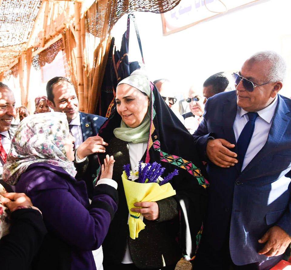 صور | وزيرة التضامن الاجتماعي تغرس نخلة وتطلق فرصة وتفتتح معرضاً بالوادي الجديد