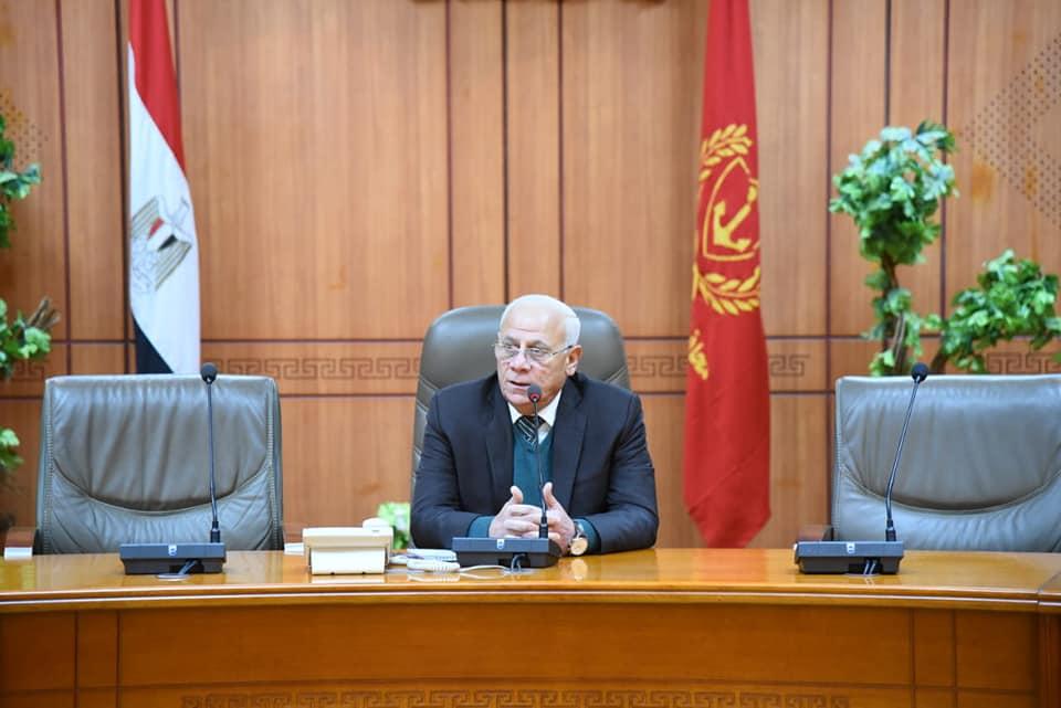 صور | محافظ بورسعيد يعقد اجتماعا موسعا مع مديرى الادارات لمتابعة الأعمال القائمة