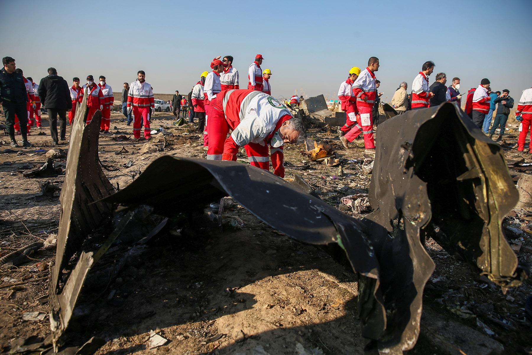 السلطات الأوكرانية تدرس فرضيات عدة بشأن حادث سقوط طائرتها في إيران