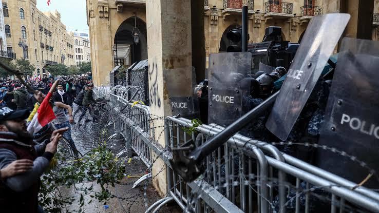 إصابة 75 شخصا جراء مواجهات بين المحتجين والشرطة في بيروت