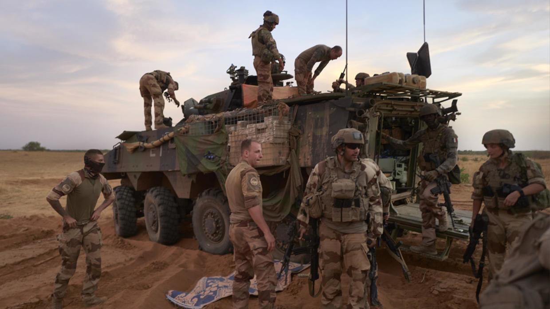 فرنسا تطلق حملة عسكرية ضد الجماعات المتطرفة في منطقة الساحل الأفريقي