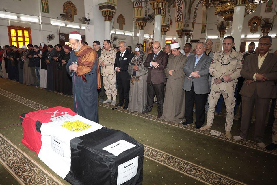 صور | محافظ بني سويف يتقدم الجنازة العسكرية لشهيد الواجب في سيناء