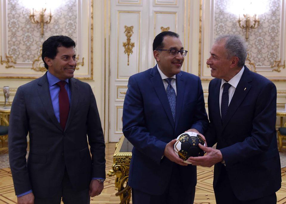 صور | رئيس الوزراء يلتقي رئيس وأعضاء الاتحاد الدولي لكرة اليد