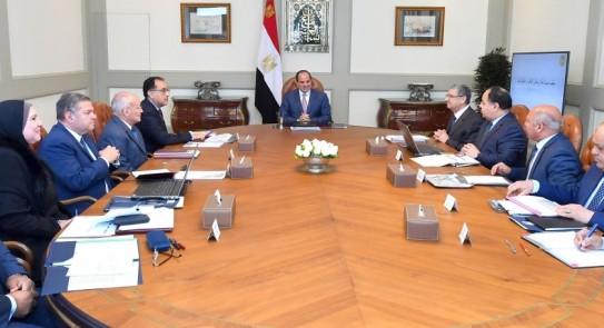 الرئيس السيسي يجتمع بمدبولي وعدد من الوزراء لبحث توطين صناعة وسائل النقل
