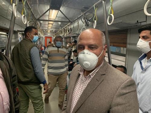 صور| وزير النقل يفاجئ العاملين بمحطة الشهداء قبل ساعة ونصف من بدء حظر التجوال