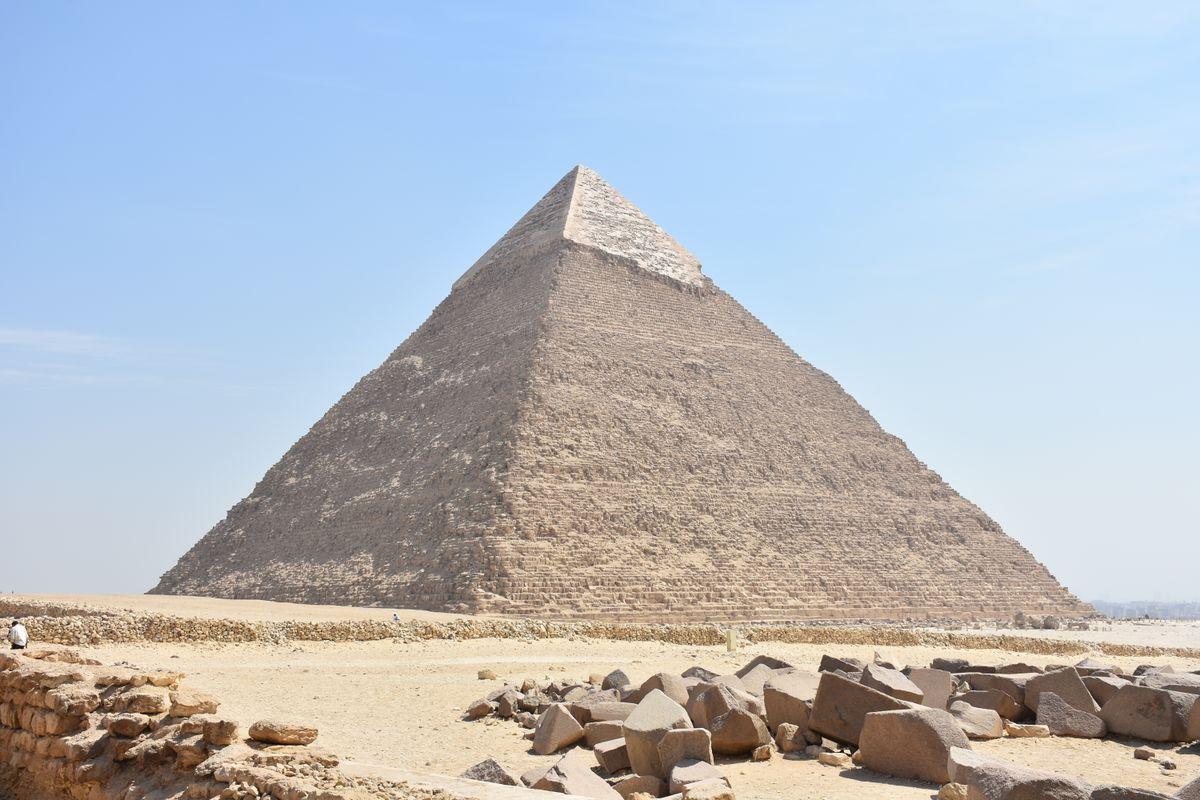 «السياحة»: انتحار شاب من أعلى هرم خفرع