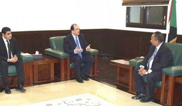 اللواء عباس كامل يطمئن على رئيس وزراء السودان ويُبلغه تحيات وتضامن الرئيس السيسي