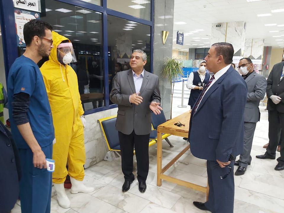 صور | نائب وزير الطيران المدني يقوم بجولة تفقدية فى مطار أسوان الدولى