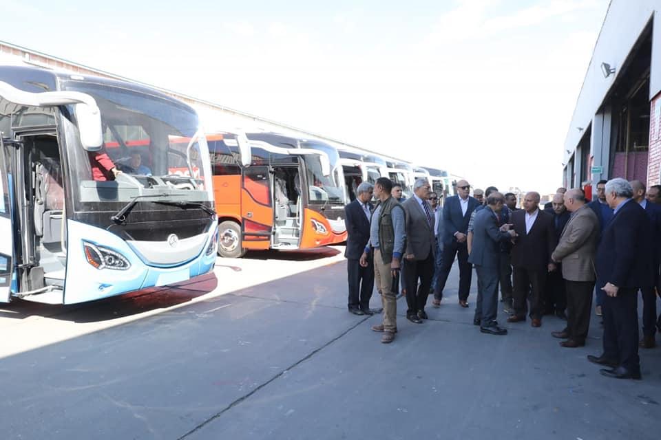 «النقل» تبحث التعاقد على أتوبيسات صديقة للبيئة للعمل بالعاصمة الإدارية