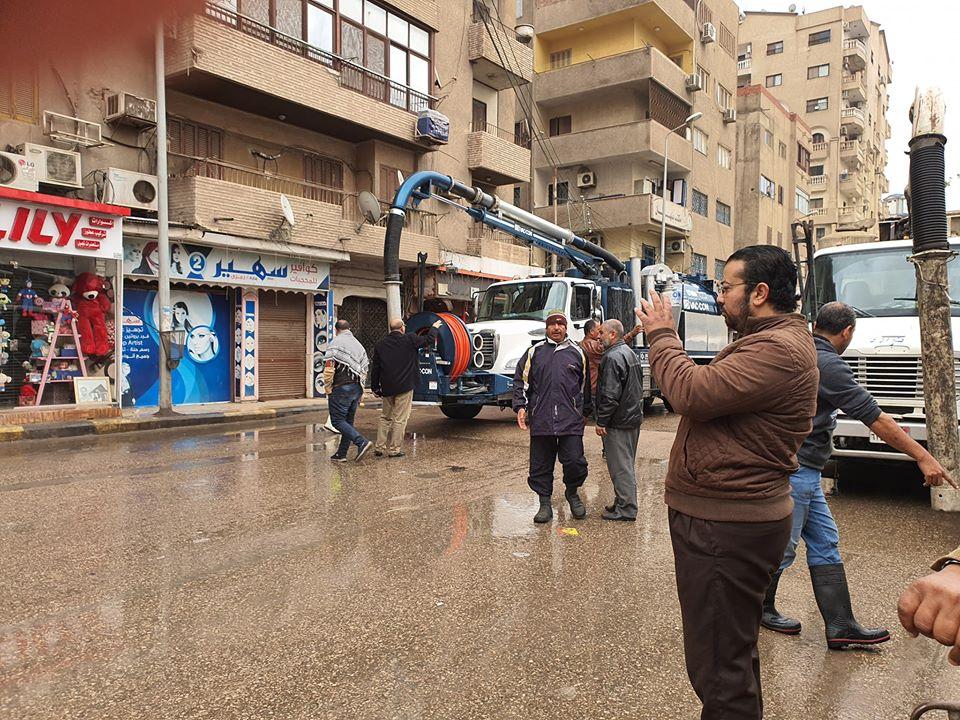 صور   محافظ القليوبية يُتابع اعمال شفط تجمعات مياه الأمطار والانسياب المرورى بالشوارع