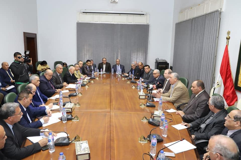 صور | وزير الزراعة يعقد اجتماعا موسعا لمناقشة تقارير لجنة إدارة أزمة الطقس