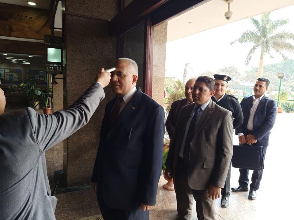 صور | وزير الري يخضع لكشف فيروس كورونا فور وصوله الوزارة