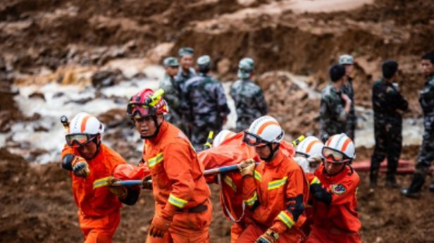 إنقاذ 5 أشخاص وفقدان 7 آخرين فى انهيار أرضي جنوب غربي الصين