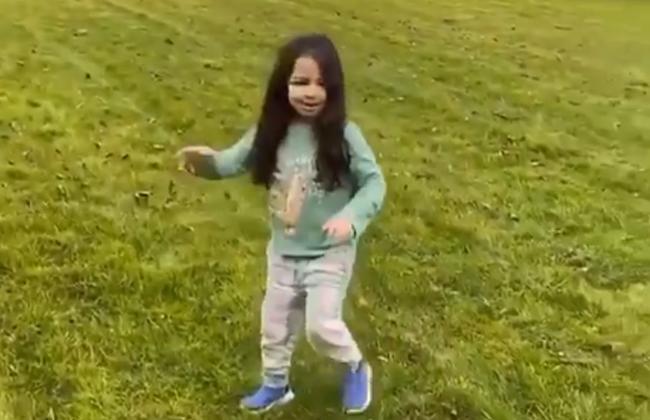 فيديو| مكة محمد صلاح تقضي العزل المنزلي برفقة والدها