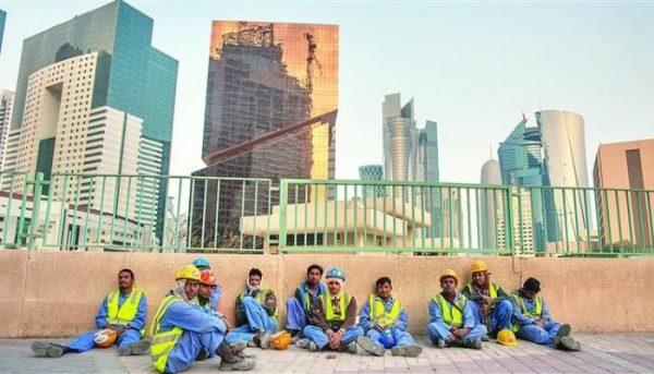 العفو الدولية: قطر اعتقلت وطردت عشرات العمال الوافدين عقب تفشي كورونا بالدوحة