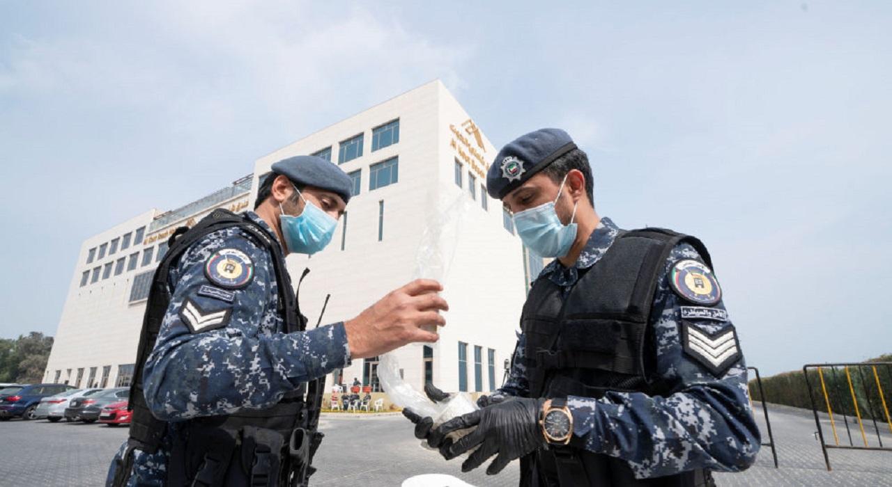 الداخلية الكويتية تغلق بعض الطرق جزئيا لنقل جثمان الأمير الراحل عقب وصوله