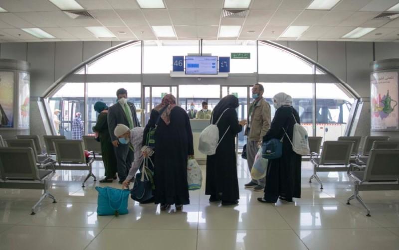 السعودية: مغادرة 197 معتمرًا من باكستان وبنجلاديش بعد انتهاء العزل الطبي