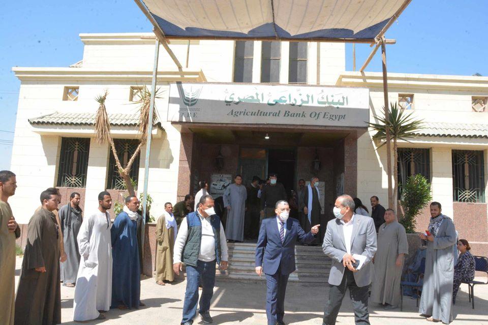 صور | محافظ المنيا يتابع انتظام صرف منحة العمالة بمكاتب البريد وفروع البنك الزراعي
