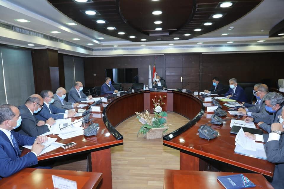 صور | وزير النقل يجتمع مع الشركات المنفذة لمشروع تطوير المزلقانات