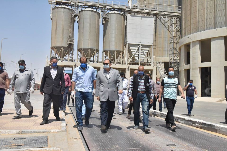 صور | محافظ أسيوط يتفقد صوامع عرب العوامر لمتابعة توريد محصول القمح