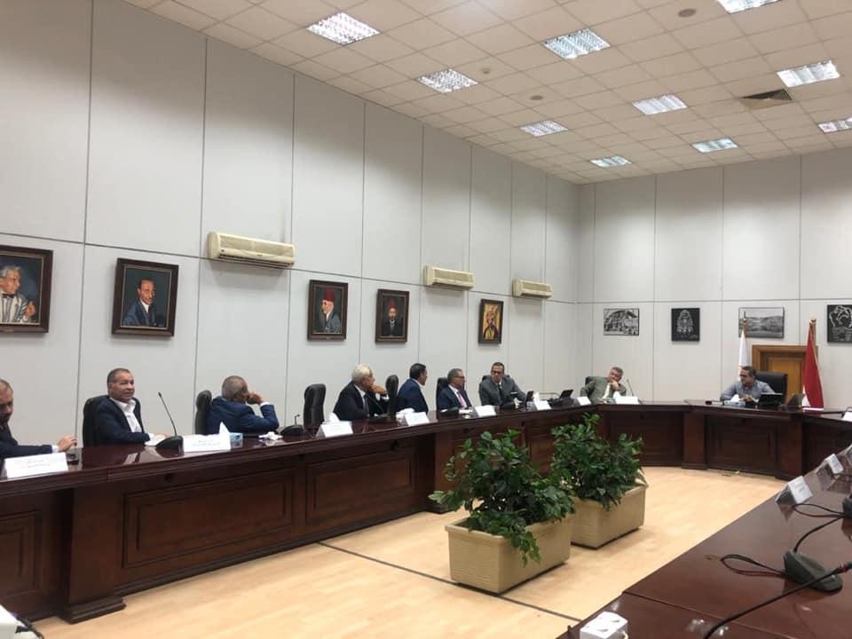 وزير الآثار يناقش آليات عودة السياحة مع اتحاد للغرف