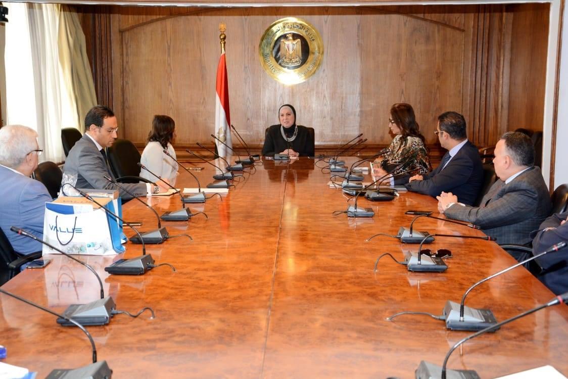 صور | نيفين جامع تبحث توفير مدخلات انتاج مصرية لتلبية احتياجات الصناعة الوطنية