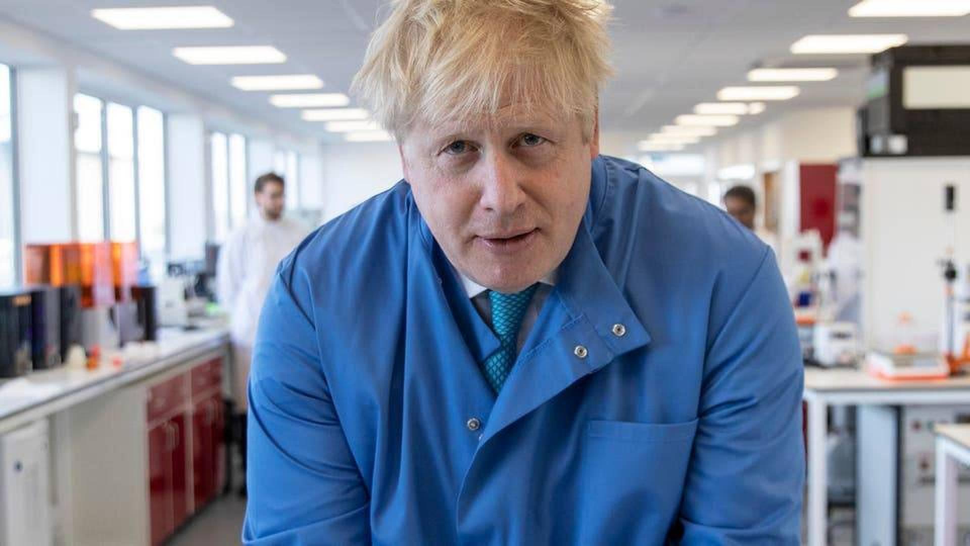 وزير بريطاني: جونسون لا يستخدم تنفّسا صناعيا في العناية المركزة