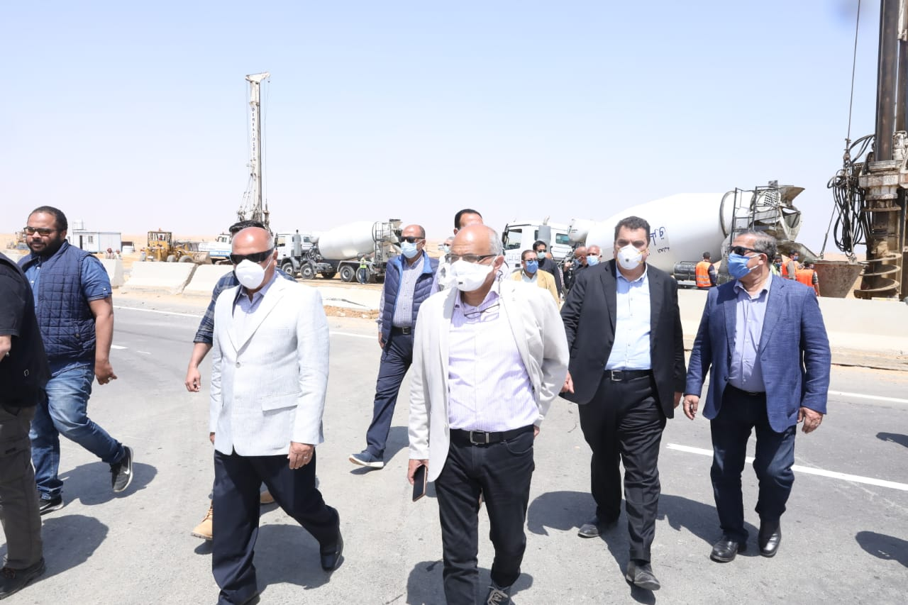 وزير النقل يتابع الإجراءات الاحترازية لمواجهة كورونا بمشروعات الطرق في السويس والإسماعيلية