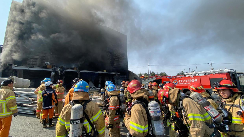 كوريا الجنوبية: عمال الإنقاذ يواصلون عمليات البحث في حريق مستودع خلف 38 قتيلًا