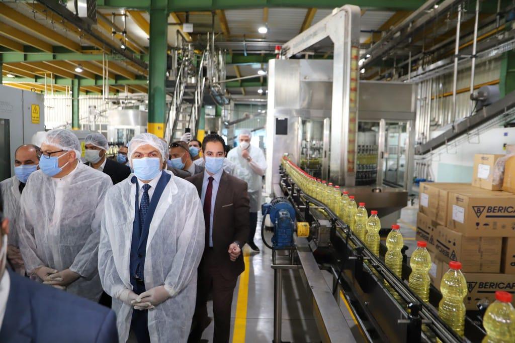 صور | وزير القوى العاملة للعمال : عدم الالتزام بالإجراءات الاحترازية يؤدي إلى غلق المصانع