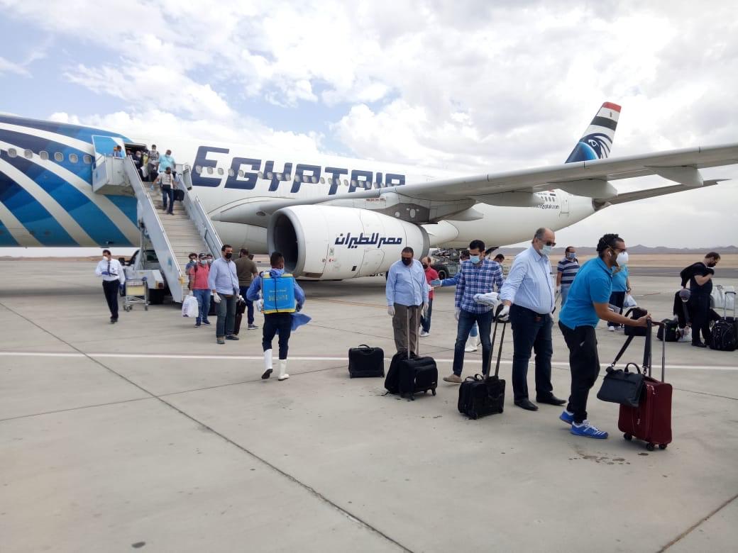 صور | مطار مرسى علم يستقبل رحلة طيران استثنائية لعالقين بالسعودية تقل 300 مصرى