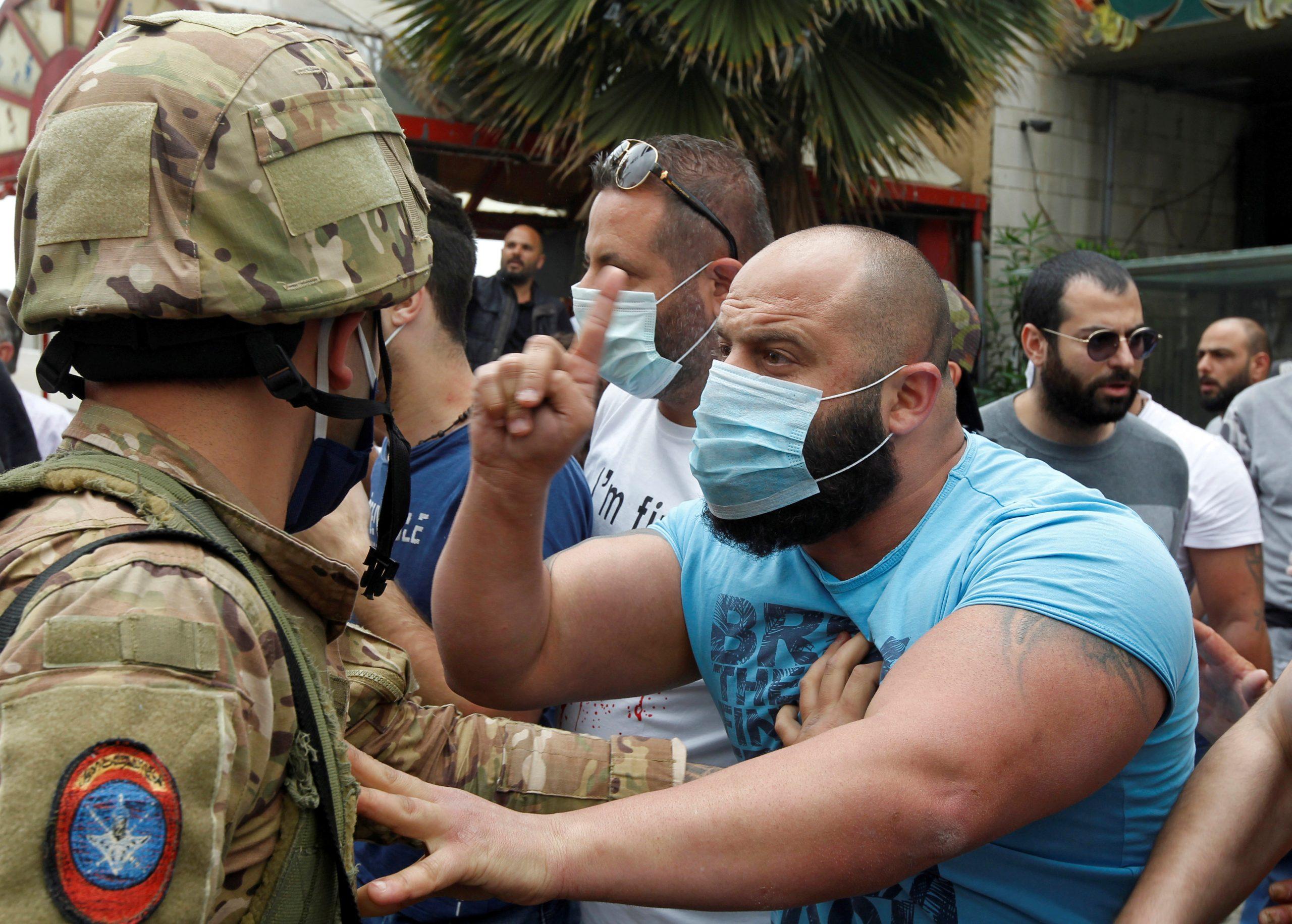 """وقفة احتجاجية فى لبنان بمحيط القصر الرئاسى أثناء انعقاد """"اللقاء الوطنى"""""""
