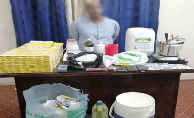 ضبط تاجر مخدرات يدير مصنع لإنتاج مخدر الآيس بقيمة 17 مليون بسوهاج