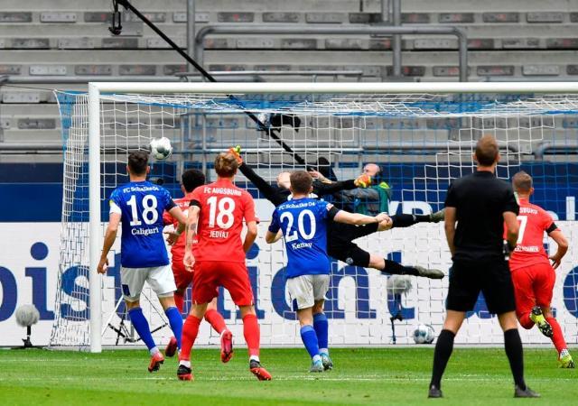 أوجسبورج يسحق شالكه بثلاثية نظيفة في الدوري الألماني