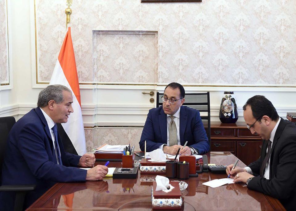 صور | رئيس الوزراء يتابع مع وزير التموين موقف توريد القمح