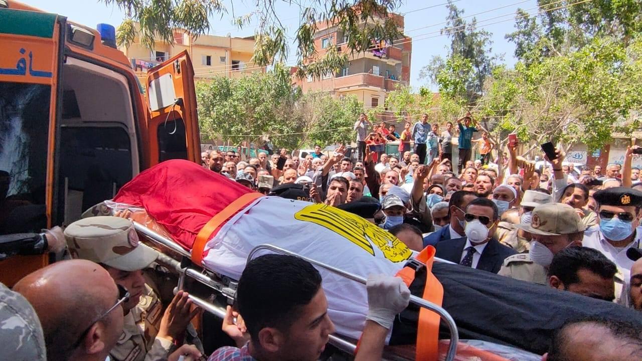 صور   محافظ البحيرة وآلاف من أهالى كوم حمادة يشيعون جنازة شهيد سيناء