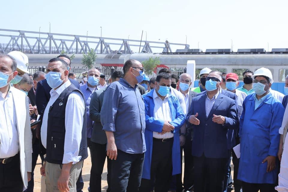 صور | وزير النقل يتفقد ورش الفرز للسكك الحديدية لمتابعة أعمال تجهيز الوحدات المتحركة