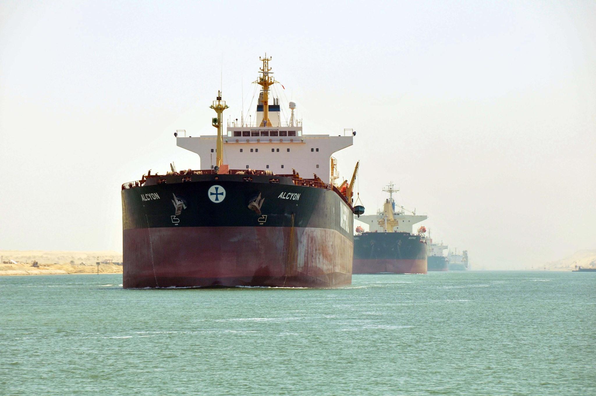 قناة السويس تنفى تراجع الإيرادات 20% بالتزامن مع اتخاذ السفن مسارات بديلة
